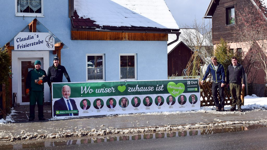 Montage der Wahlwerbetransparente